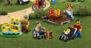 La boîte Lego Cities avec au milieu en bas de l'image la figurine en fauteuil roulant avec son chien guide