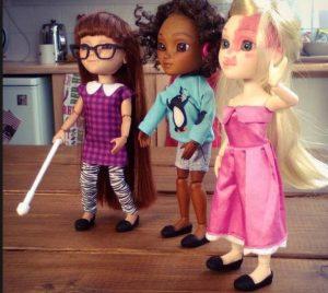 """Trois """"Makies Dolls"""" : une malvoyante, une malentendante et une avec une tache de naissance sur le visage"""