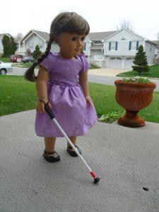 Une poupée avec une canne blanche aux Etats-Unis