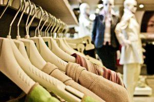 Zoom sur des vêtements sur cintres dans un magasin